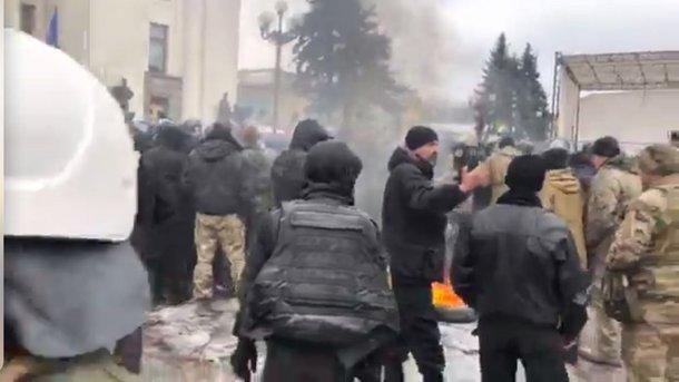 Первые пострадавшие: Столкновения между полицией и митингующими, горели шины