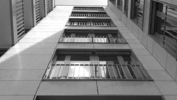 «Я вам устрою праздник»: Мужчина выпрыгнул с 13 этажа в новогоднюю ночь