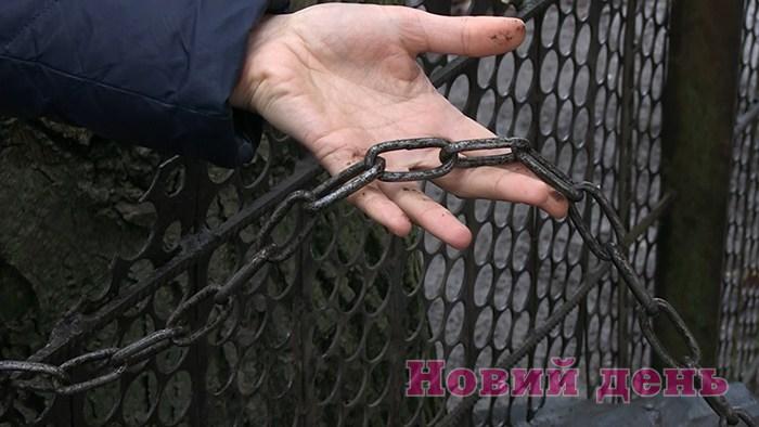 «Были обмотаны цепями и голодные»: Родители держали 13 своих детей в заключении