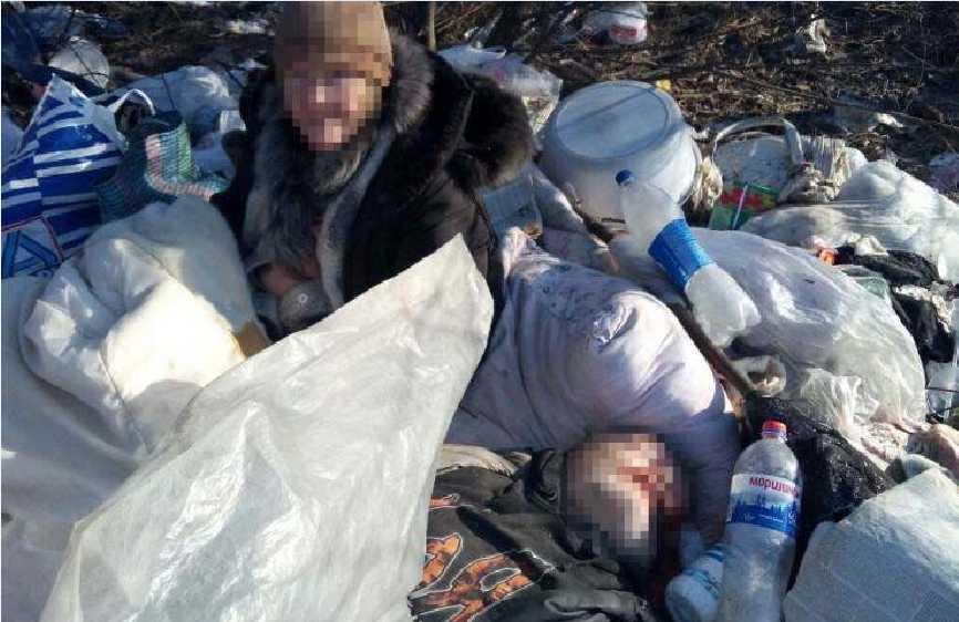 В куче мусора три дня пролежало тело, рядом все это время просидела женщина, подробности поражают