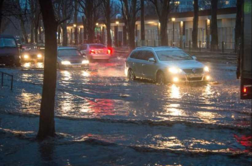 Снего-дождевой армагеддон. Украинские города и села страдают от сильной непогоды