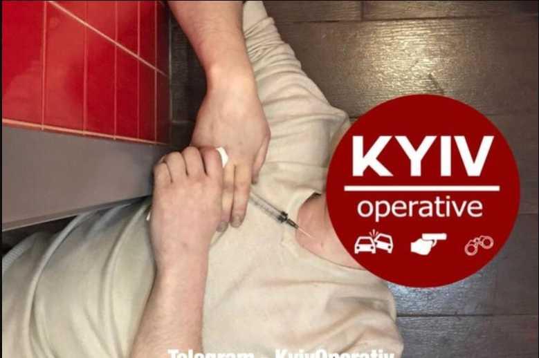 «Упал и не подает признаков жизни»: Мужчина умер от неизвестного укола в туалете пиццерии