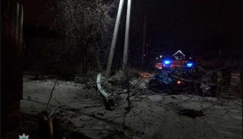 «На требование остановиться — не отреагировала» В столице пьяная женщина на BMW снесла столб и дерево, убегая от патрульных