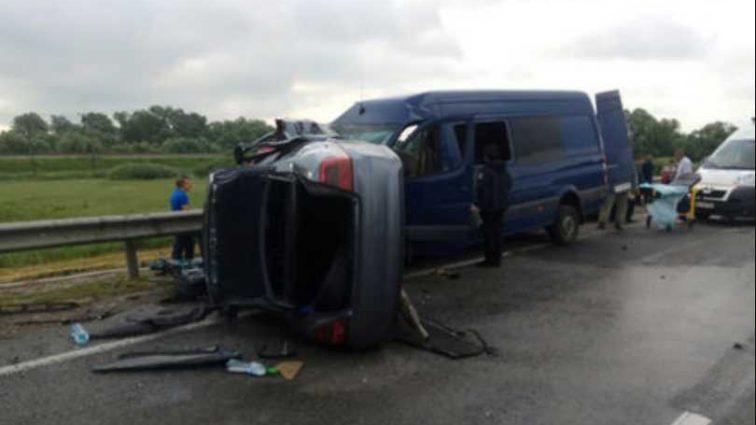 Выехал на встречную полосу: На Львовщине страшное ДТП с микроавтобусом, 9 пострадавших
