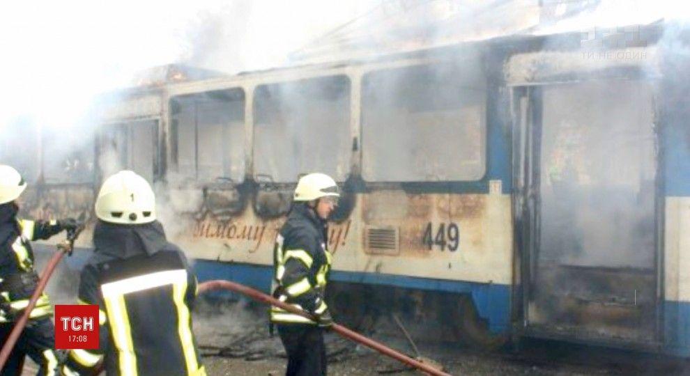 Прыгали через окна! В Одессе трамвай загорелся прямо во время движения