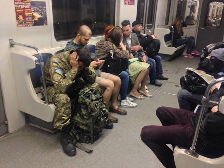 «Я тебя на войну не посылала…»: В Сети обсуждают поступок контроллера в метро