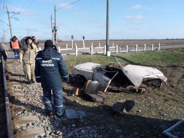В Запорожской области поезд «разорвал» авто пополам (Фото)
