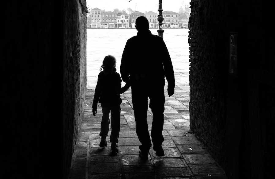 «Приехала на каникулы к матери и все рассказала»: Мужчина четыре года насиловал собственную дочь