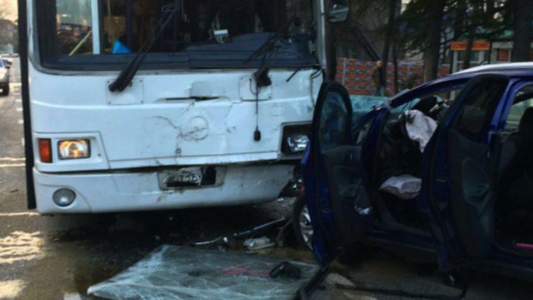 Авто влетело в автобус на встречной полосе: Водитель скончался на месте