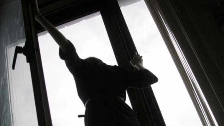 В Киевской области женщина выбросилась из окна из-за издевательств молодого любовника