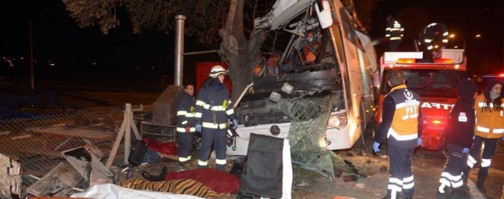 Туристический автобус налетел на дерево: Погибли более десятка пассажиров, еще 40 госпитализированы