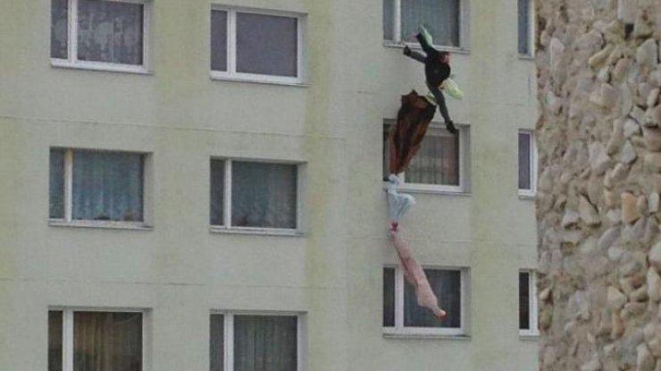 «Связал канат из постельного белья и попытался« съехать »по стене дома»: Мужчина погиб, убегая от жены