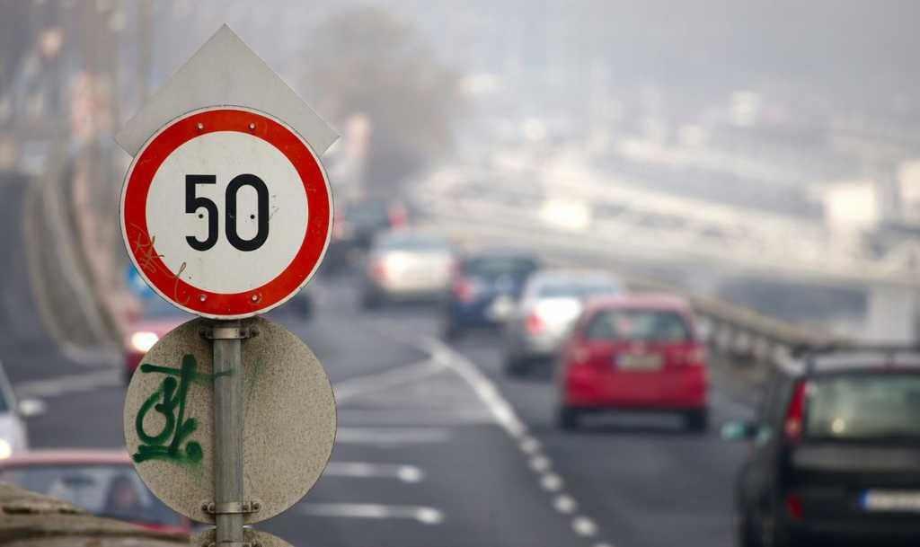 Лишь в отдельных случаях: Водителям разрешили превышать 50 км / ч