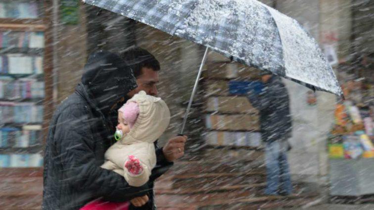 Украину накроют дожди с мокрым снегом: Синоптики рассказали, какой будет погода в первый рабочий день 2018