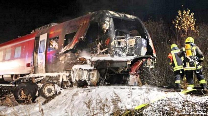 «На место прибыли 17 бригад скорой»: Пассажирский поезд протаранил ограждение на станции, много пострадавших