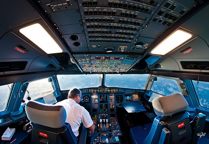 «На борту самолета находилось 324 пассажира»: Пилоты покинули кабину из-за семейной драки