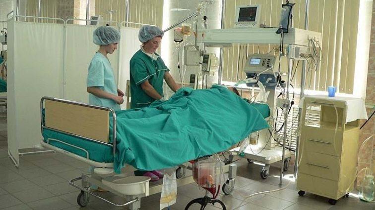 «Порезали горло и били до потери сознания»: В Житомире жестоко избили студентку, девушка в коме