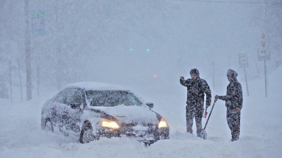 Непогода надвигается на Украину? В Европе из-за снегопада несколько тысяч автомобилей оказались заблокированными