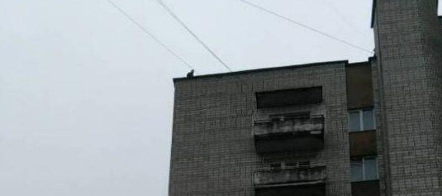 «Стоит на краю»: Во Львове полицейские спасли юношу, который пытался прыгнуть с крыши