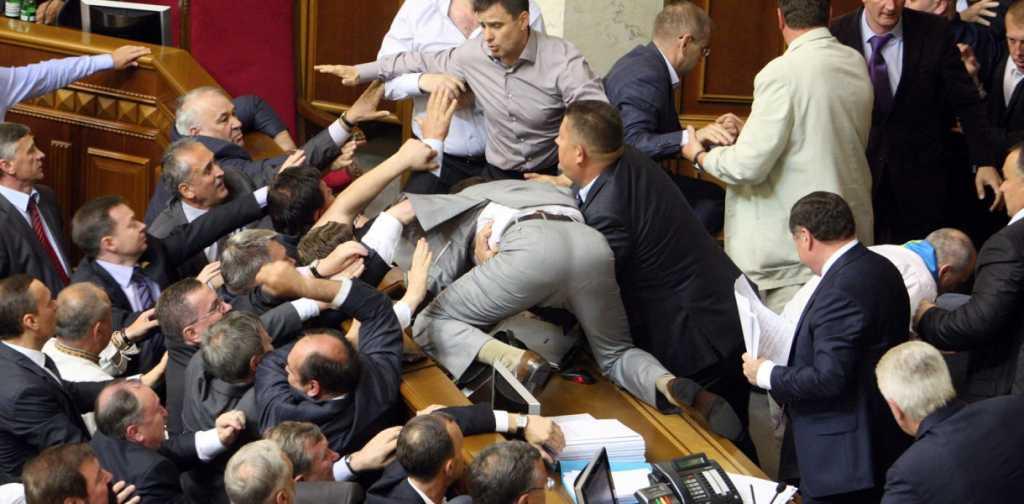 Организованная преступная группа: Задержали известного депутата и его сына