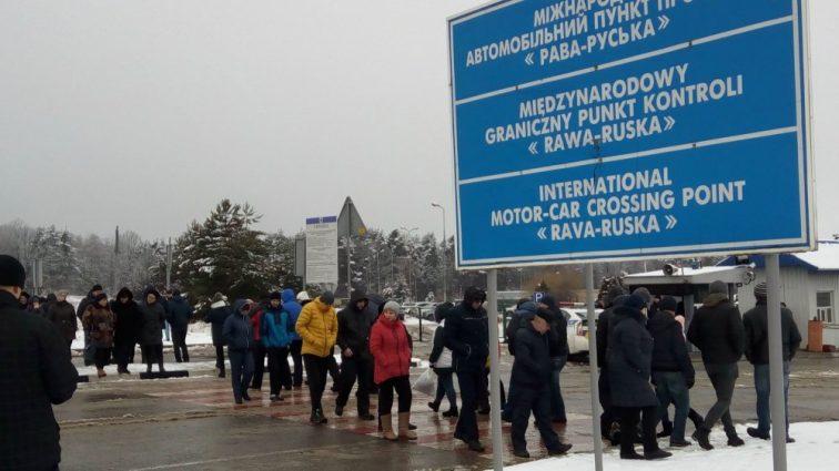 Украинцы возмущены новым законопроектом о таможне: Протестующие заблокировали границу с Польшей