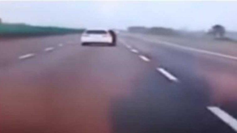 «Заявила, что не хочет …»: Девушка на ходу выпрыгнула из машины. Видео страшной трагедии