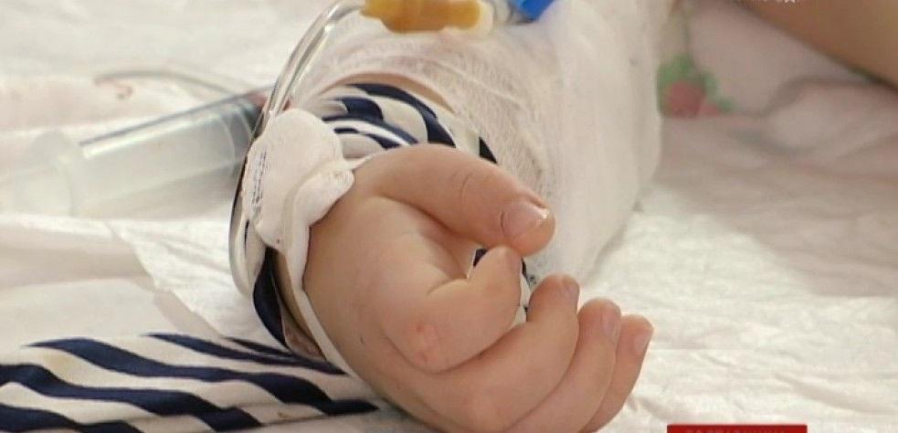 Отчим так «воспитывал» сына, что двухлетний малыш оказался в реанимации