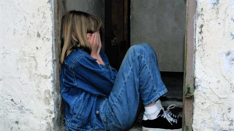 Пьяный мужчина изнасиловал 5-летнюю девочку при матери, которая спала