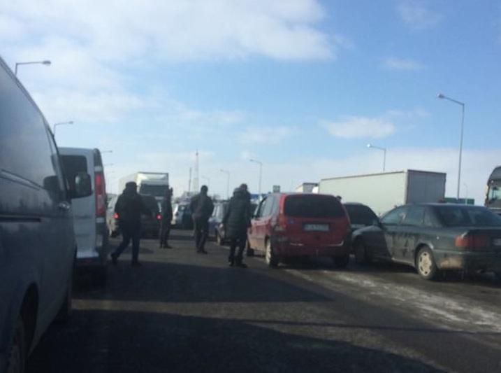 «Из-за каких-то обезьян не могу проехать …»: Граница с Польшей снова заблокирована. Украинцы возмущены
