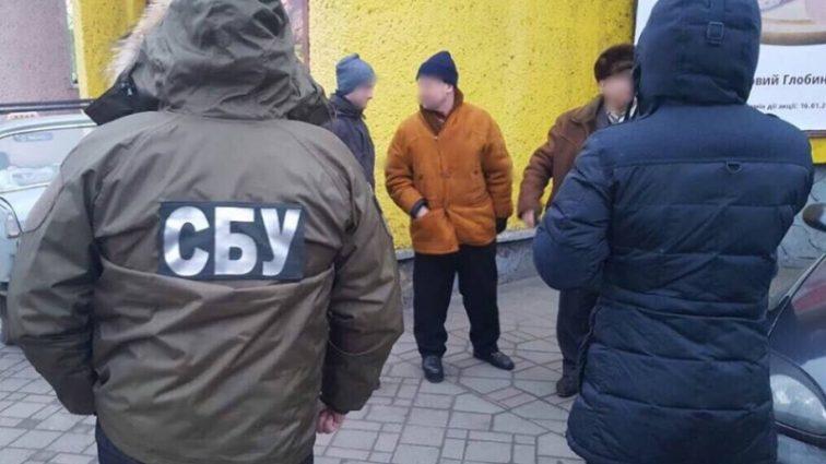 Поймали с поличным: главного инспектора областного управления Черновицкой области разоблачили на взятку