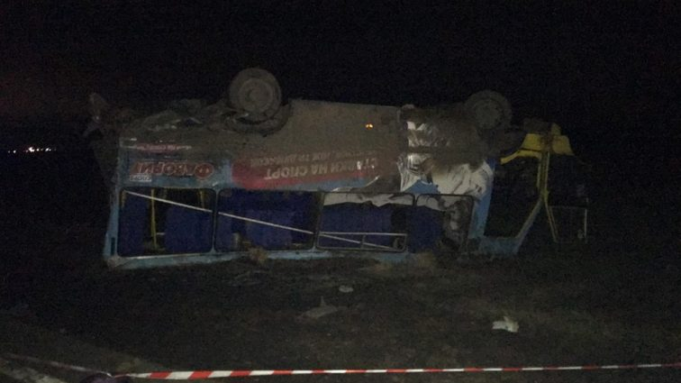 «Затормозить просто не было времени»: Грузовик на скорости влетел в пассажирский автобус, есть пострадавшие