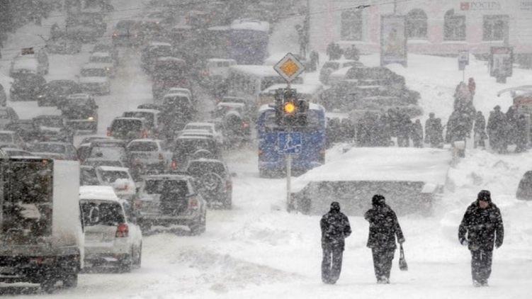Во Львове сильный снегопад нанес значительных потерь, снегоуборочная техника не справляется