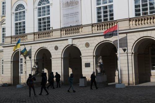 На флагштоке перед Львовским горсоветом впервые вывесили красно-черный флаг