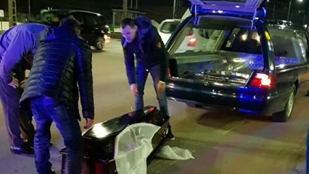 «По инерции проехал в потоке машин и …»: Гроб с покойником выпал во время движения катафалка