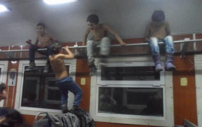 «Проводникам также по ** й»: Сеть поразило поведение детей-цыган в поезде Львов-Мукачево