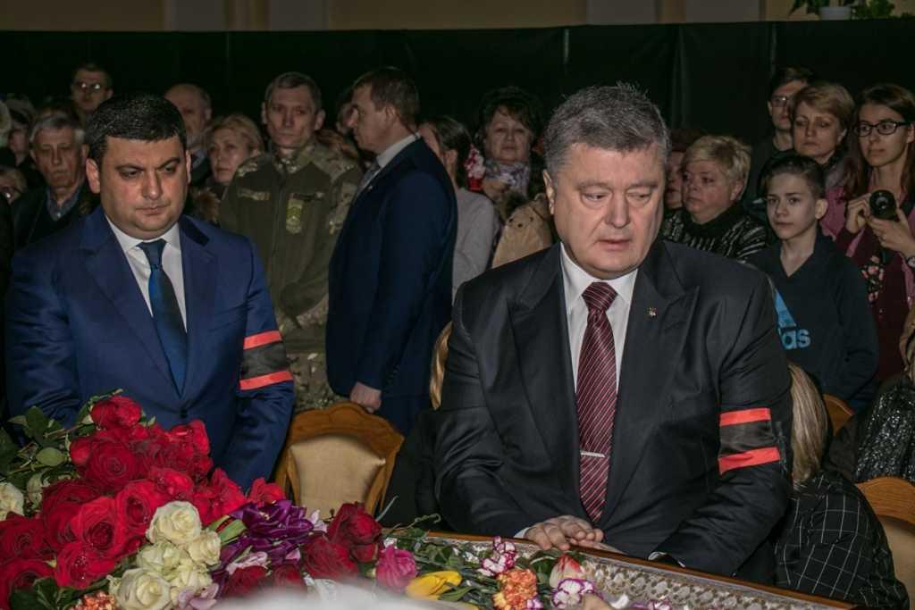 Порошенко и Гройсман со слезами на глазах: Киев простился с великим украинцем