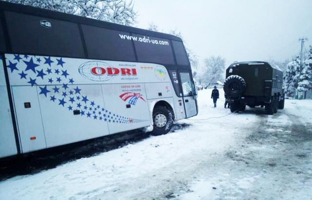 Застряли в снежной ловушке: В Киевской области спасатели вытащили автобус с иностранцами
