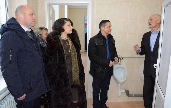 «Всем районным начальством»: Как в Винницкой области чиновники торжественно открыли туалет в школе