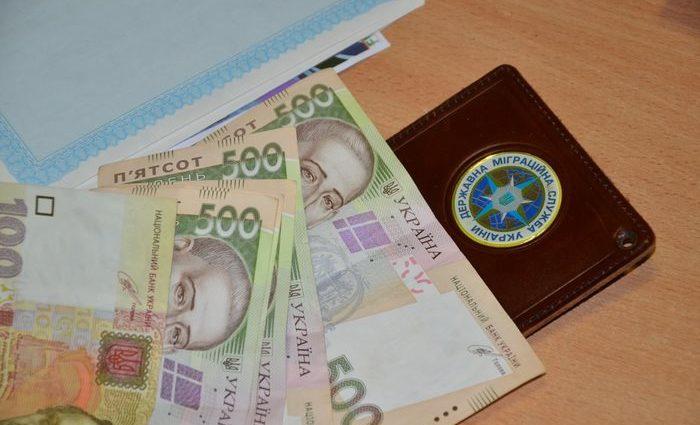 Во Львове на взятке поймали сотрудницу миграционной службы. Видео задержания