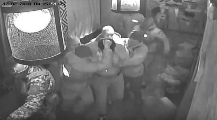«Вытащили за волосы»: В Сети опубликовали кадры, как задерживали Саакашвили в ресторане
