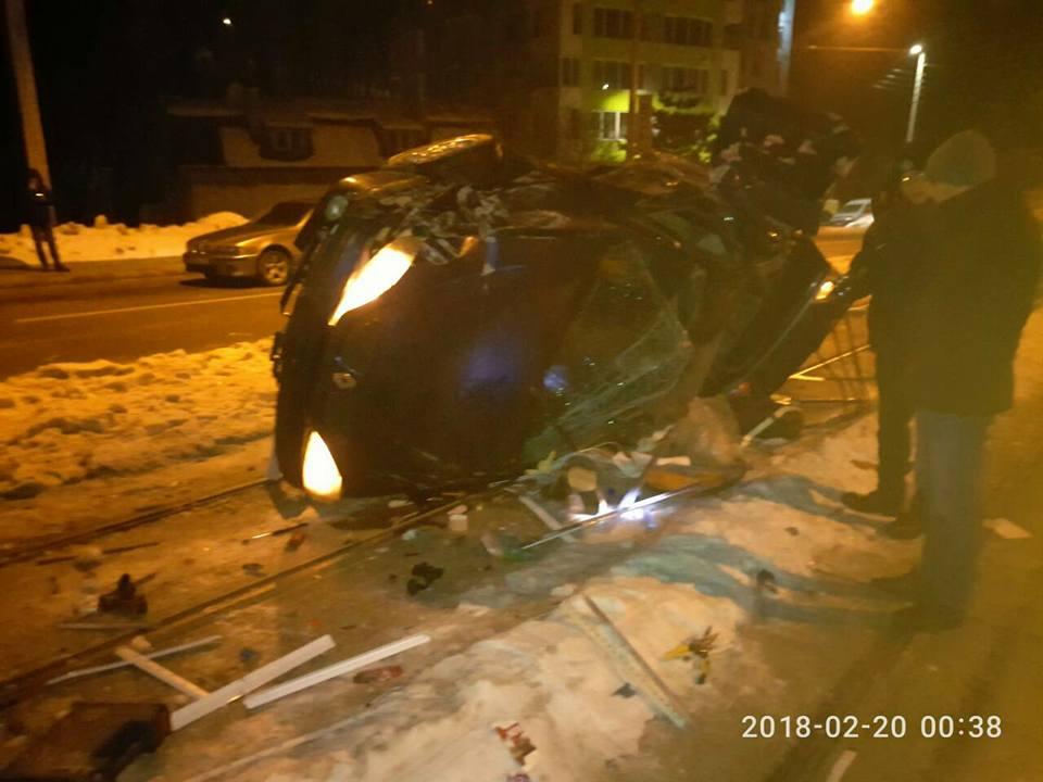 Смертельное ДТП в Киеве: Пассажирка погибла, а водитель пытался покончить с жизнью. Фото с места события