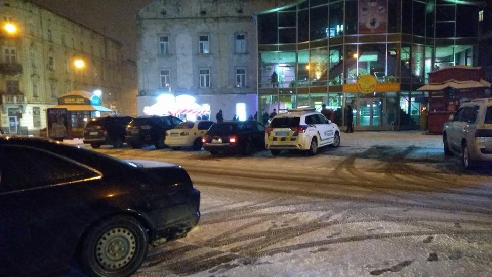 «Выбежал из салона игровых автоматов, упал и ….» В центре Львова загадочно умер молодой парень