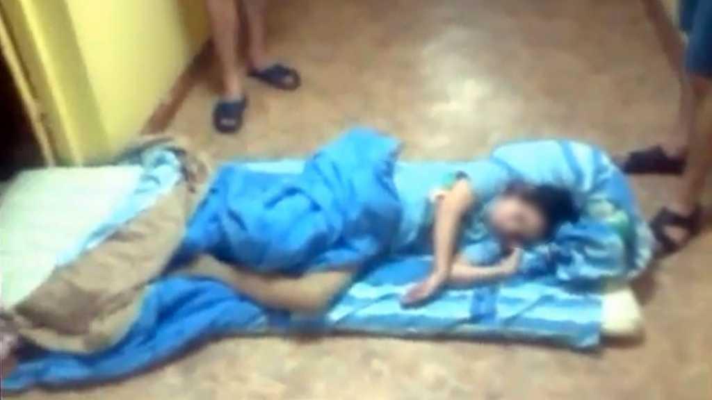 Запер в комнате маленьких детей и морил их голодом: Полиция изъяла малышек и обнаружила…