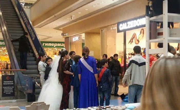 «Скоро будут праздновать с детского сада»: Свадьба 11-летнего мальчика с 14-летней в торговом центре разозлила посетителей