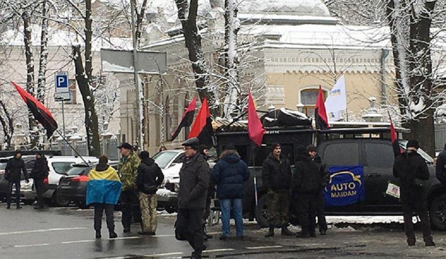 «Около десятка автомобилей и …»: К дому Порошенко отправилась колонна активистов