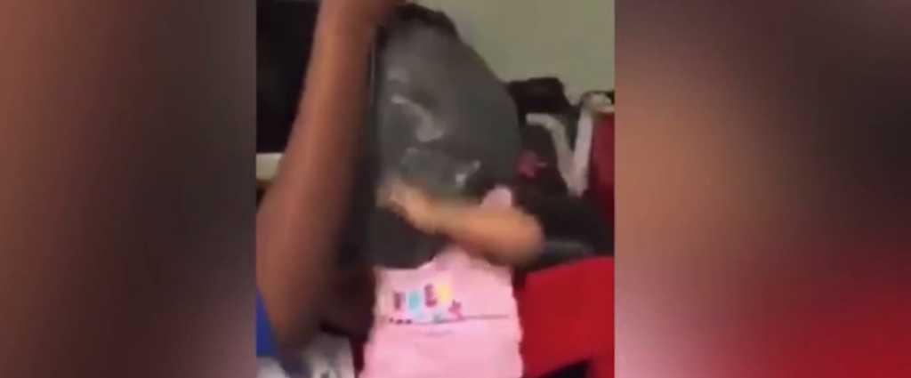 «Душили мусорным пакетом, топили в ванной»: Родители-нелюди жестоко издевались над малышом, чтобы приучить его к дисциплине