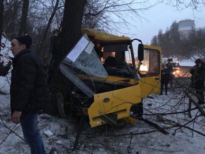 «По меньшей мере 12 человек пострадавших»: В Киеве произошло ужасное ДТП с участием двух маршруток