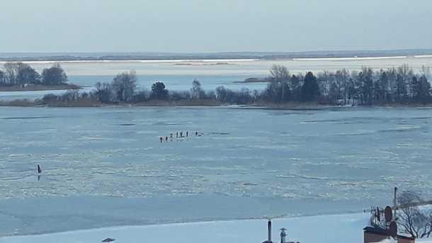 Прогулка по тонкому льду Днепра: Под столицей дети провалились под лед