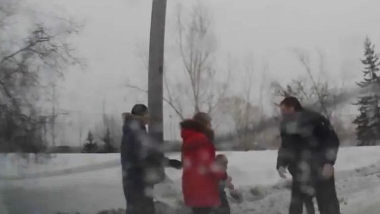 «С*ка, я тебе сейчас голову сломаю»: В Киеве мужчина жестоко избил жену и хотел запихнуть ее в мусорный бак