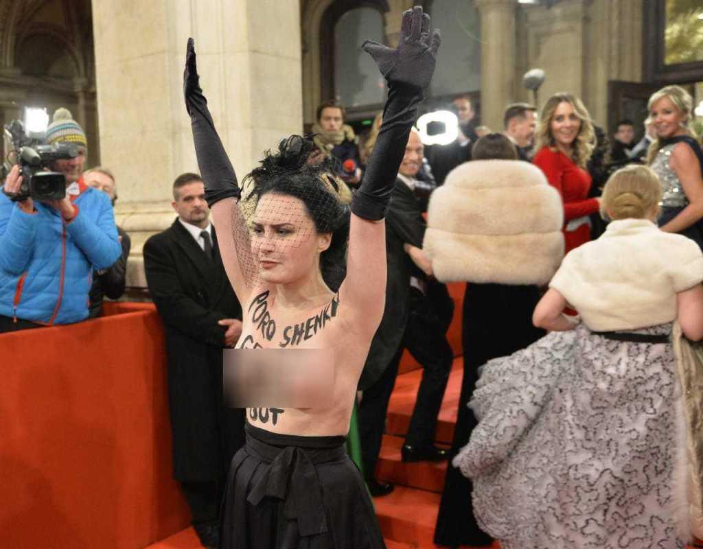 «Пришел на бал … с голой …»: Геращенко разоблачила сопровождение посла РФ на Венском балу